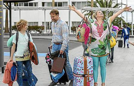 Tinka (Anna König, 2. v. re.) ist happy. Sie, ihr Sohn Paul (Arsseni Bultmann, re.) und ihr Traummann Jürgen (Janek Rieke) machen Urlaub auf Teneriffa.