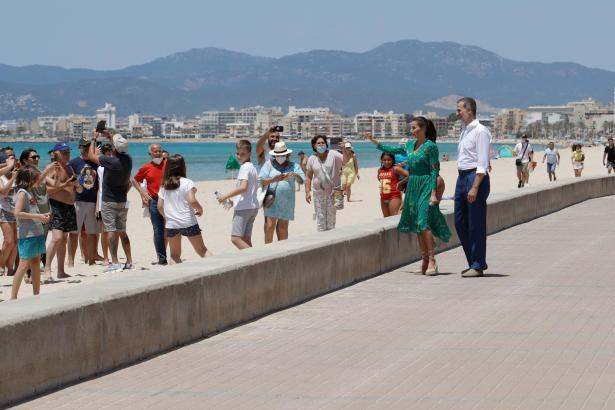 König Felipe und seine Frau Letizia beim Spaziergang an der Playa de Palma.