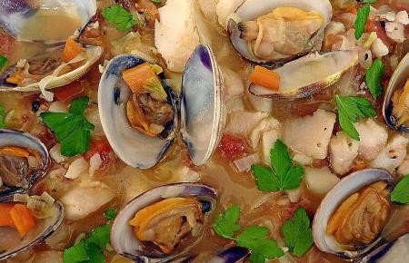 Fisch-Muscheleintopf aus Kabeljau (Bacalao) und Herzmuscheln (Berberechos).