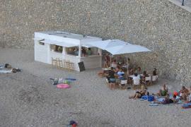 Kuriose Strandbude in Port d'Andratx platziert