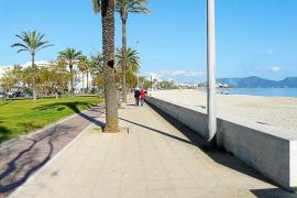 Überwachungsdrohne über dem Strand von Cala Millor im Einsatz