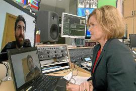 Natalia Bachmayer im Gespräch mit David López Frías, dessen Oma an Covid-19 starb. Bachmayer besuchte Essensausgaben und war beim Gedenken an Spaniens Corona-Tote in Madrid.