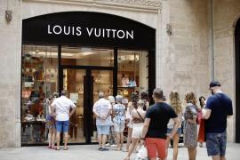 Wolken bescheren Altstadt von Palma de Mallorca viele Shopping-Touristen