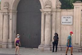 Polizei bewacht den Eingang zum Marivent-Palast.