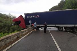 Lastwagen blockiert Landstraße auf Mallorca
