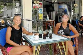 Die Insel-Residentinnen Marlene und Anna (r.) können der Urlauberflaute auch etwas Positives abgewinnen.