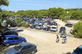 Lange Autoschlangen vor Es Trenc, Parkplatznot in Delta-Bucht