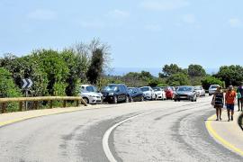 Falschparker und großes Gedrängel vor der Cala Varques auf Mallorca