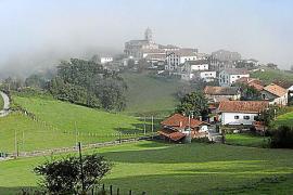 """""""Navarra – Grünes Spanien zwischen Pyrenäen und Ebro"""": Blick auf ein Dorf im Baztan-Tal."""
