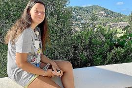 Sie ist auf Ibiza zu Hause: Saray mit Blick über ihren Wohnort Santa Eulària.