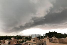 Die Wolken hängen tief über Puig de Ros.