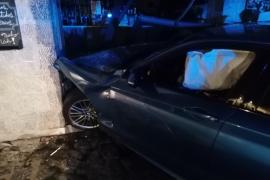 BMW-Fahrer kracht in Sóller in den Eingang eines Lokals