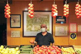 Miquel Gelabert verkauft Obst und Gemüse auf dem Mercat d'Olivar. Als Aushängeschild baumelt die einheimische Ramallet-Tomate am Stand.
