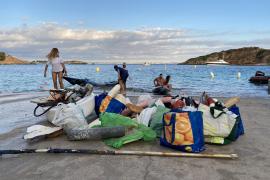 Segelschüler sammeln Plastikmüll rund um Hafen von Puerto Portals ein