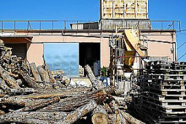 Die Hotelkette Protur Hotels setzt auf erneuerbare Energien. In der Biomasseanlage (l.) werden selbst geschredderte Grünabfälle aus den Gartenanlagen der Hotels verfeuert.