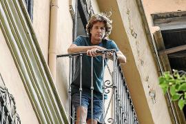 Nicholas Woods steht auf dem Balkon seiner Wohnung, von dort war sein Sohn die Uhr hinunter.