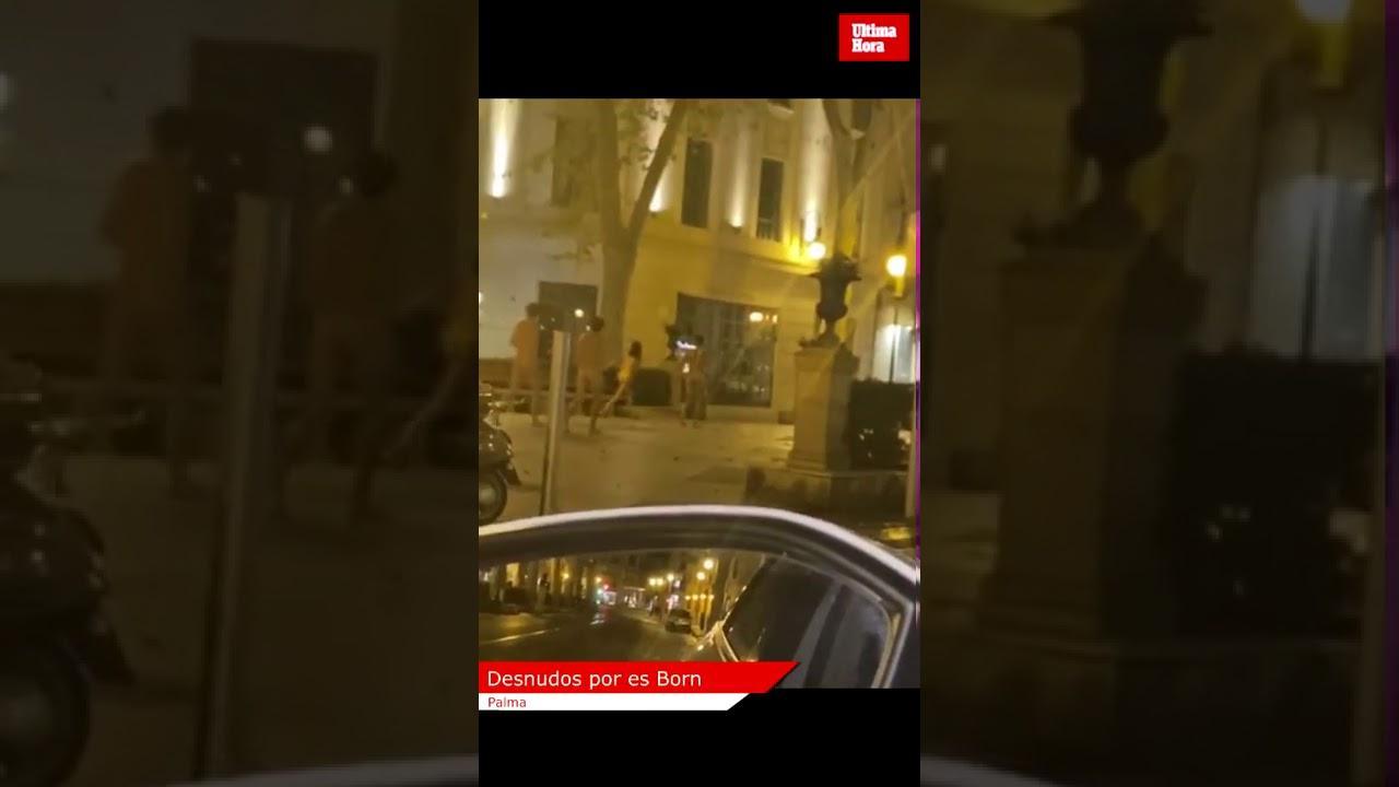 Nackte Jugendliche spazieren auf dem Borne-Boulevard in Palma