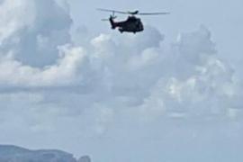 Hubschrauber im Einsatz über Küste von Mallorca.