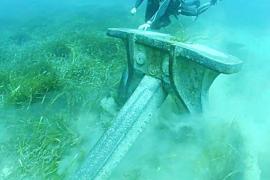 Riesige Anker großer Schiffe reißen ganze Felder des Neptungrases aus dem Meeresboden und richten viel Schaden an. am Meeresboden immensen Schaden anrichten.