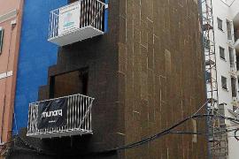 Die Fassade wird mit Korkplatten aus Portugal gedämmt.
