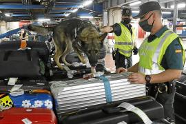 Polizisten kontrollieren verstärkt Gepäck im Flughafen von Mallorca