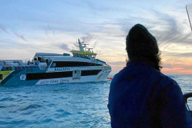 Baleària-Fähre fährt bei Formentera auf Felsen und sinkt fast