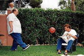 Spaß-Kick für den Mallorca-Magazin-Fotografen: Reiner Calmund und Christoph Daum verbrachten in den 90er-Jahren oft Zeit zusammen auf der Insel.