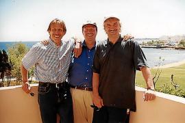 """Christoph Daum mit Rudi Völler (r.) und Reiner Calmund in der Apartment-Anlage """"Sea Green"""" in Cala Bona. Dieses MM-Foto fand auch Einzug in das Daum-Buch."""