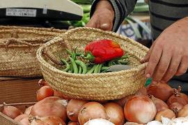Auf dem Markt verwenden die Landwirte kleine Bastkörbchen.