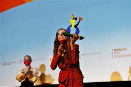 Angela Molina freute sich über ihre Auszeichnung.