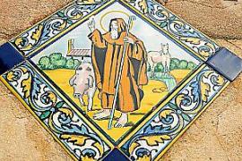 Abbildung des heiligen Antonius über dem Eingang zum Schweinestall.