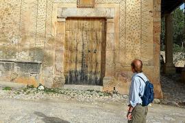 Die Fassade des Haupthauses ist über und über mit Steinen besetzt, die in den Putz eingelassen sind. Da kann man schon mal ins Staunen kommen.