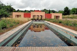 Der große Pool des Anwesens ist verkommen.