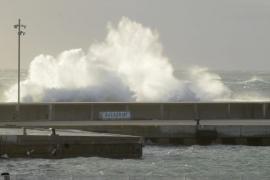 Elf-Meter-Wellen schneiden Menorca von Außenwelt ab