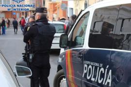 Häusliche Gewalt: Polizisten führen auf Mallorca junge Frau ab