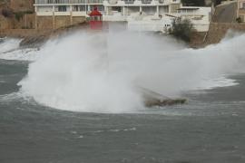 Hohe Wellen schleudern in Port d'Andratx zahllose Steine ans Ufer