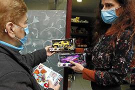 Rentnerin Dora freut sich über Spielzeugautos für ihre Enkel.