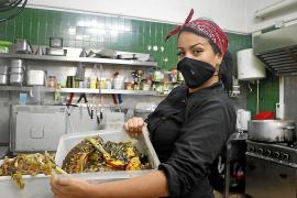 Köchin Kelly Willermann arbeitete vor der Pandemie an der Playa de Palma. Jetzt hilft sie regelmäßig in der Suppenküche aus.