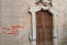 Satanistenkreuze an Kirche von Santa Maria