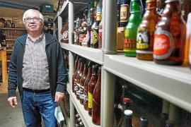 Juan Oliver im Keller seines Hauses, wo er Hunderte Sammlerstücke aufbewahrt. Über Kontakt zu anderen Sammlern würde er sich freuen, sagt er.