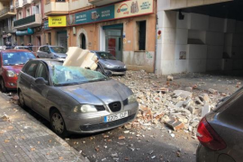 Herabstürzende Gegenstände beschädigen Autos in der Straße Pere Dezcallar.