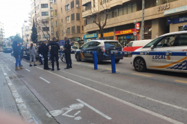 Kämpfende Mädchen an Straße in Palma von Polizisten gebändigt