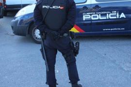 Polizisten lösen wilde illegale Party auf Fußballplatz auf Mallorca auf