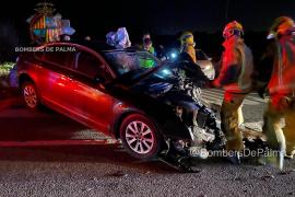 Frontaler Crash: Zwei Autos stoßen in der Inselmitte zusammen