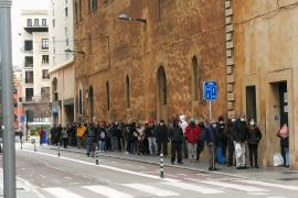Immer mehr junge Leute vor Essensausgabestellen auf Mallorca