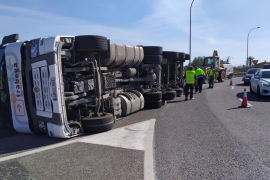 Umgekippter Lastwagen im Kreisverkehr in Inca