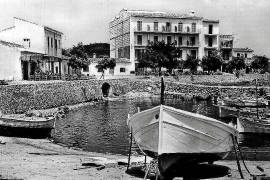 Partystimmung an der Bar des Hotels Cala Bona im Jahre 1963. Ganz rechts hinten auf dem Foto ist als blutjunger Mann der heutige Direktor Sebastià Bauzá Vives zu erkennen.