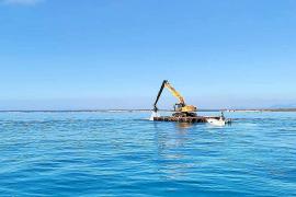 Mysteriöser Bagger schwimmt am Es-Trenc-Strand auf Mallorca