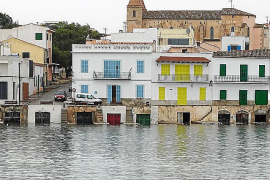 "Postkartenansicht des Zentrums von Portocolom mit der Kirche ""Mare de Deu del Carme""."