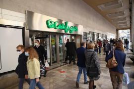 Disziplinierte Kunden in Einkaufszentren auf Mallorca am ersten offenen Samstag